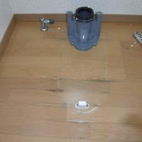 トイレ工事 床パネル施工のサムネイル